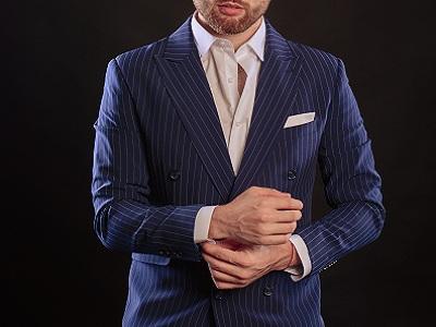 Как носить синий двубортный костюм в полоску.